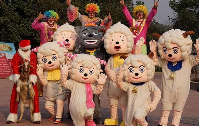 今年新春去哪儿?2014年12月20日至2015年3月5日杭州野生动物世界七彩羊村邀您一起喜气洋洋过新年。 羊年看羊展,喜气洋洋过大年,现场购票入园的游客均可获得神奇刮刮卡一张。100%中奖,更有机会获得当日游玩免单机会哦!在路上偶遇圣诞老人、卡通羊羊可是好运的象征哦,记得向他们说声新年好,将会得到丰富的礼品哦!气球、糖果、玩偶免费大派送!快去寻找他们吧! 如果在路上看到了可怕的灰太狼,请对它说出5个有关于动物的英文单词并向灰太狼索要报酬,有小礼物哦。可怜不懂洋文的它以为是大家帮它指路,只好东奔西找