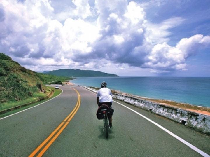 北麂岛环岛骑行  日前,北麂岛的3个靠海渔村通上环岛公路建成通车.