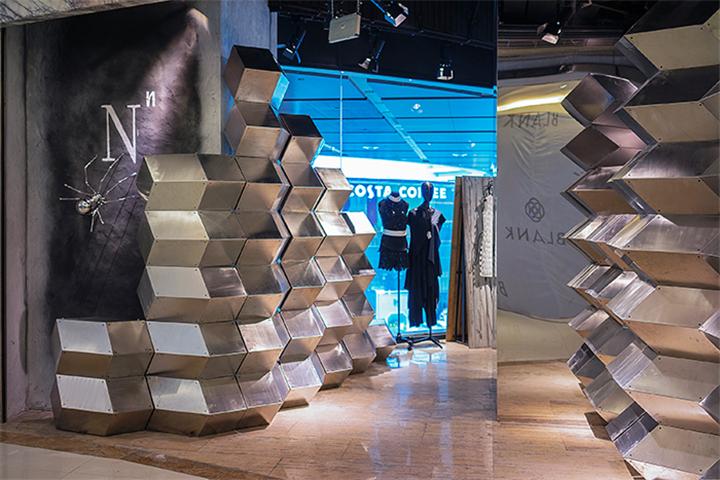 继 2012 年、2014 年的创意橱窗展后,上海新天地再次召集了一帮英国建筑设计师,以打破传统购物格局为目的,带来一组Free Your Style的跨界设计艺术。(文末有惊喜哦!~~)  知名建筑师们继2012年和2014年之后,第三次在春暖花开之际来到魔都,2015年4月3日至5月31日,建筑师们将会把他们对于建筑创意设计和城市生活、零售之间关联的理解,通过一个个奇思妙想的创意橱窗艺术装置呈现。  现在赶紧跟着小编来一睹为快,去看看这些创意满满的跨界带来怎样的惊喜吧! 迷境 Depth Drawi
