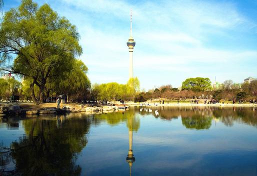 不去韩国,国内也首尔南山塔!中央电视塔塔高405米,是中国第四高塔和世界第九高塔。  乘坐电梯登上塔顶观光台,俯瞰北京城市美景,夜晚时尤其美丽,灯光庄重典雅,气势磅礴,为北京城增添了绚丽多彩的一景。  亮点一:238米观景台 238米观景台相当于80层楼高,可以360度俯瞰北京城。 绕观景平台走一圈,四周云雾拂面,飘飘乎犹似瑶池神仙。在晴朗的天气,可以清晰地看到北京主要标志性建筑物的全景。  亮点二:221米空中观景旋转餐厅 221米空中观景旋转餐厅是北京最高的餐厅,名副其实的京城最高食府。精湛厨艺